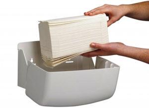 Бумажные полотенца V-сложения закрепленные в диспенсерах